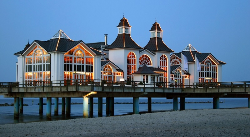 Rügen ist die größte Insel in Deutschland. Sie zeichnet sich durch eine hügelige und wasserreiche Natur aus.