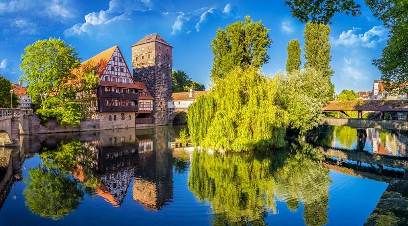 In Nürnberg besichtigen Besucher eine romantische Altstadt und zwei Schlösser. Die Nürnberger Kaiserburg und das Museum Tucherschloss und Hirsvogelsaal sind aber nur zwei der beliebten Besichtigungspunkte.