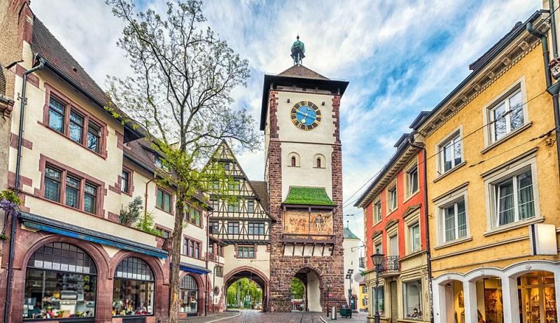 Freiburg mit seinen historischen Hauesern eine Reise wert.