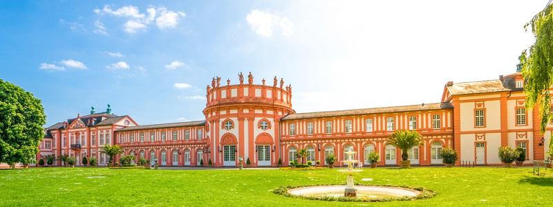 Besonders hervorzuheben ist das Biebricher Schloss in Wiesbaden, welches sich direkt am Rhein befindet.