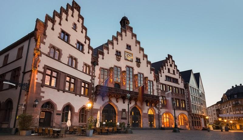 An der Westseite des Römerbergs befinden sich einige frühere Bürgerhäuser und sechs Innenhöfe, die nach ihrer Zerstörung im Zweiten Weltkrieg komplett wieder aufgebaut worden sind.