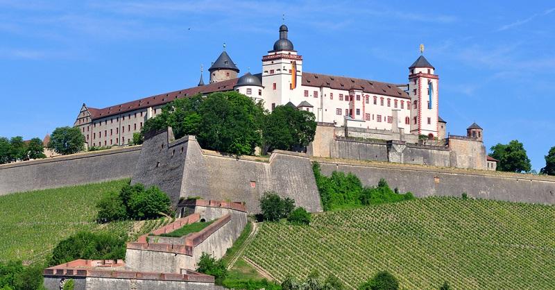 Nicht zu übersehen ist die Festung Marienberg, die sich direkt im Zentrum von Würzburg als eine der beeindruckendsten Sehenswürdigkeiten von ganz Franken erhebt. Umgeben von zahlreichen Weinreben, kann sie auf eine über tausendjährige Geschichte zurückblicken.