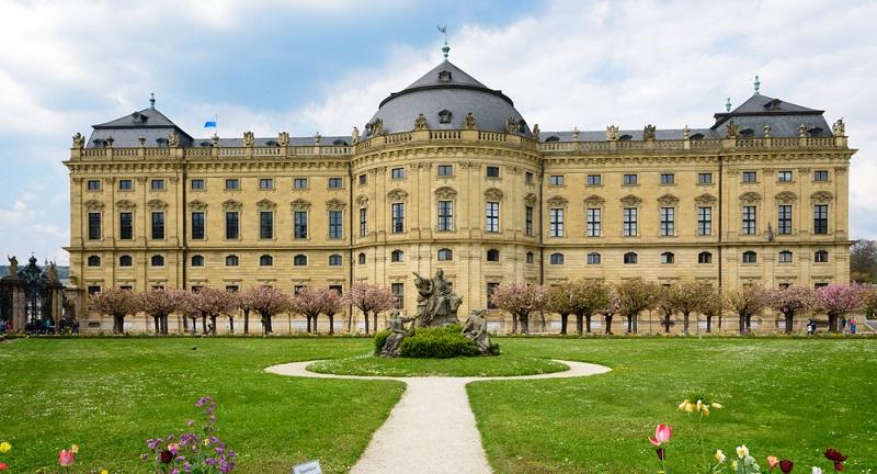 Aufgrund der Vielzahl der Sehenswürdigkeiten ist es nicht ganz einfach, eine Empfehlung für den Besuch von Würzburg zu geben, der allen Interessen und Vorlieben gerecht wird. Eine sehr schöne Idee ist daher der virtuelle Rundgang, der sich auch im Rahmen eines tatsächlichen Spaziergangs durch die Stadt per Smartphone oder Tablet als Video-Reiseführer nutzen lässt.