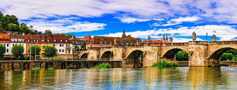 Wer auf der Autobahn einfach an Würzburg vorbeifährt, versäumt eine wunderschöne Stadt mit architektonischen und kulturgeschichtlichen Highlights. Die schöne Landschaft, die weit über die Stadtgrenzen hinaus eine naturbelassene Urlaubsregion durchzieht, ist von Industrie weitgehend verschont worden.