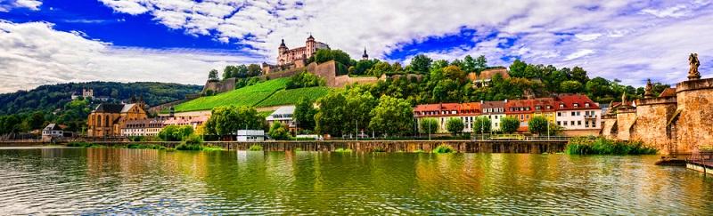 Heute hat die Stadt zahllose historische Sehenswürdigkeiten zu bieten und ist im Maindreieck in einer geografisch besonderen Lage, die den erfolgreichen Anbau des berühmten Frankenweins bei vergleichsweise mildem Klima ermöglicht.