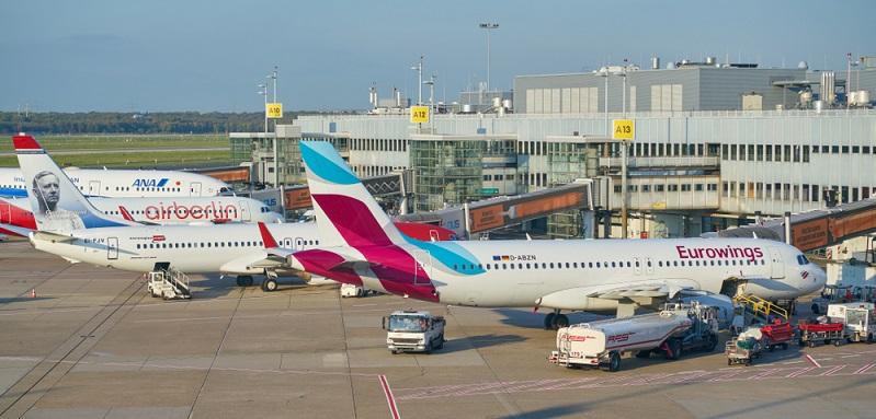 Mehr als 26 Millionen Flugreisende nutzen den Flughafen Düsseldorf jährlich, um von dort aus zu über 70 Zielen weltweit zu fliegen.
