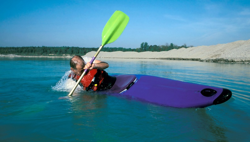 Die Eskimorolle stellt die fortgeschrittene Technik dar, um das Boot wieder aufrecht ins Wasser zu bringen – ohne dabei auszusteigen.