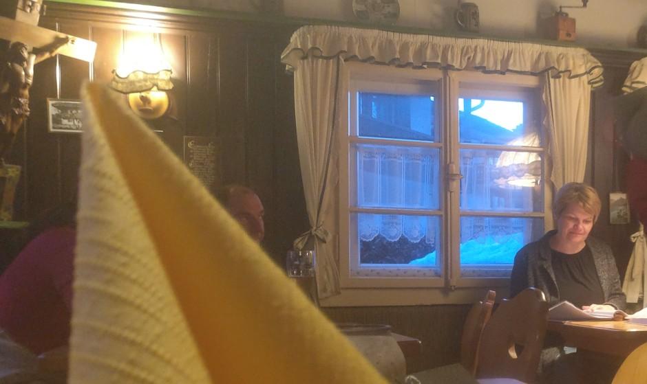 Ein Blick in die Gaststube des Grünsteinstüberls. Wer es urig und gemütlich liebt, der kommt hier voll auf seine Kosten. Eine erste Adresse am Königssee in Sachen bayrische Gemütlichkeit.