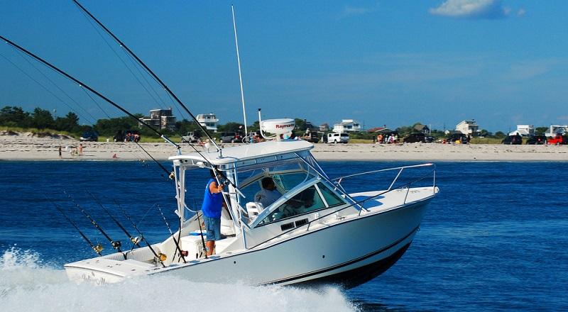 Wer das möchte, braucht logischerweise die Voraussetzungen dafür, die wiederum durch die verschiedenen Sportbootführerscheine (SBF Binnen und See, Motor oder Motor und Segel) erworben werden.