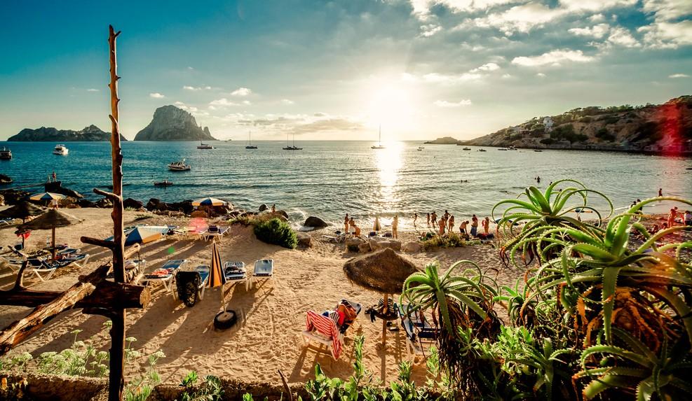 Für Mike Oldfield-Fans ist ein Sonnenuntergang am Cala d'Hort Beach ein Must-See. Von den starken Eindrücken wird man dann in den Träumen im Glückshotel Ibiza noch lange eingefangen sein - wenn man nicht gleich am Strand übernachtet. (#1)