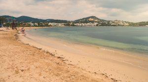 Der weitläufige Strand von Talamanca mit seinem feinen Sand. Das Glückshotel Ibiza ist hier nicht weit gelegen. (#2)