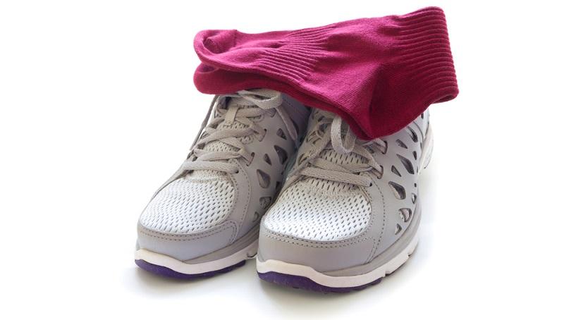 Socken in die Schuhe stopfen. Das spart wertvollen Platz beim Koffer packen.