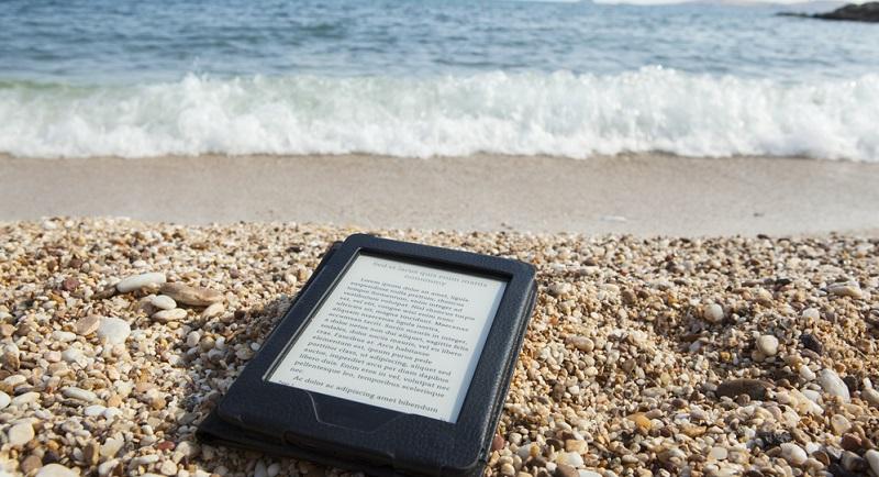 E-Book Reader in den Koffer packen und sich über entspannte Leseerlebnisse im Urlaub freuen.