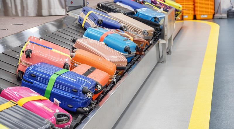 Koffer randvoll packen und anschließend mit einem Kofferband schützen.