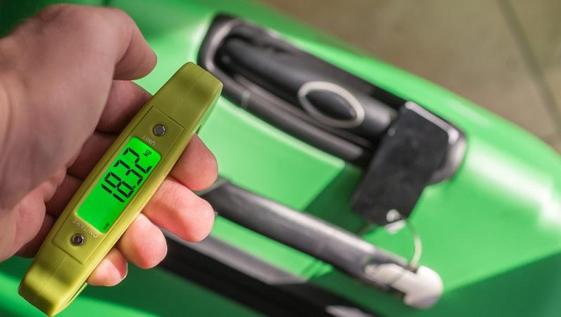 Eine mobile Kofferwaage ist nicht nur vor dem Urlaub sinnvoll, auch bei der Rückreise kann man unnötige Kosten für Übergewicht sparen.
