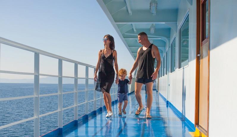 Neuerdings zeigt sich aber ein Trend: Junge Eltern lieben Kreuzfahrten mit Baby und lassen das verstaubte Image der Ozeanriesen zum alten Hut werden.