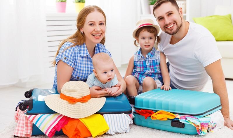 Praktische Reisetipps gibt es viele: Reisepass nicht vergessen, Fläschchen und Windeln einpacken, ruhige Reiseziele bestimmen. Aber was genau muss auf die Packliste und braucht es an Bord wirklich einen Kinderwagen?
