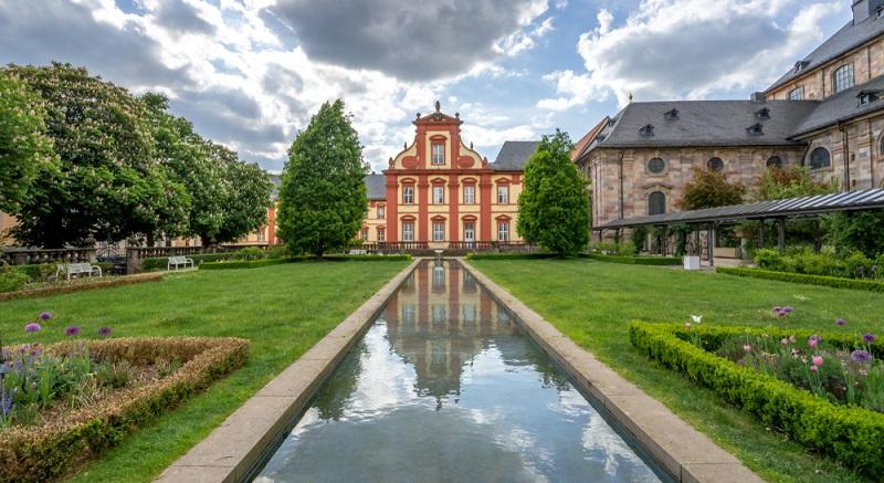 Das Kanzlerpalais von Fulda ist direkt gegenüber der Stadtkirche zu finden und präsentiert sich als barockes Gebäude und einstige Unterkunft des Rathauses. (#03)