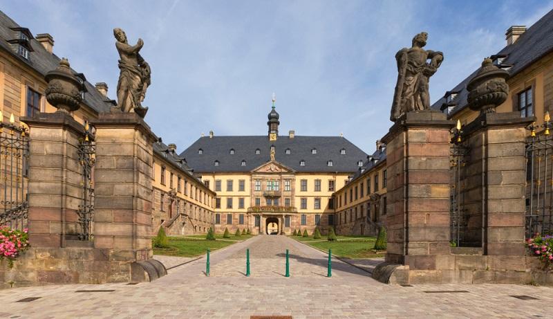 Das Schloss in Fulda wurde einst im 14. Jahrhundert als Abtsburg benutzt, doch von dieser Burg ist heute nur noch ein kleines Türmchen in der Rückfassade übrig geblieben. (#02)