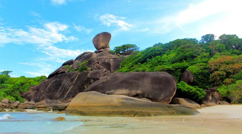 """Der """"Sail Rock"""" ist sogar so faszinierend und liegt so hoch, dass er sowohl als beliebtes Fotomotiv, als auch als Aussichtspunkt dient. (#01)"""