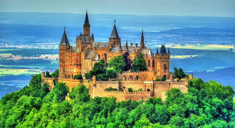 Die Burg Hohenzollern, die in 855 Metern Höhe über der Schwäbischen Alb thront, könnte mit ihren vielen Türmen eine Zauberschule wie Hogwarts aus Harry Potter sein.