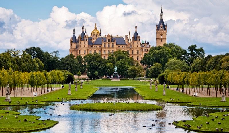 Auch das Schweriner Schloss liegt auf einer Insel, eingebettet in die wunderschöne Mecklenburgische Seenplatte.