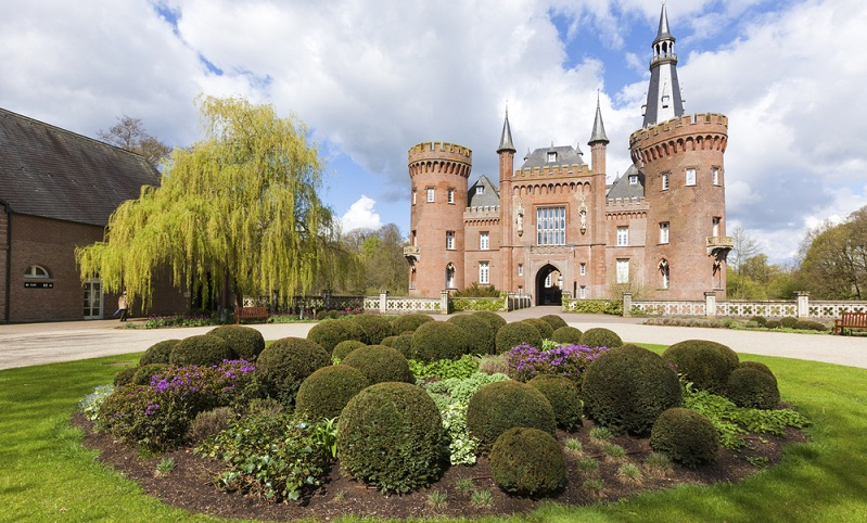 Das romantische Schloss Moyland ist von Wasser und einem wunderschönen Schlosspark umgeben.