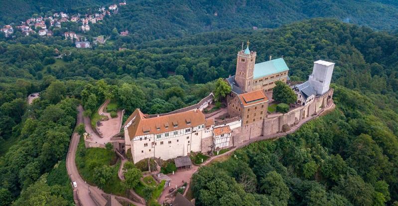 Die Wartburg in Thüringen gehört wohl auch zu den bekanntesten Burgen und Schlössern in Deutschland