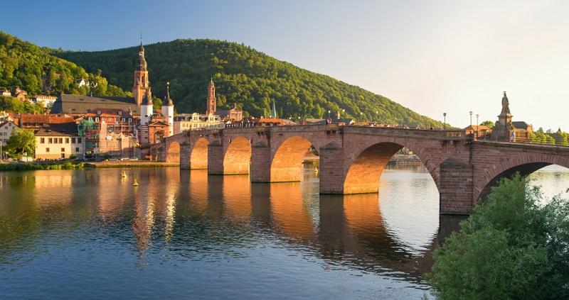 Nachdem acht Brücken durch Hochwasser zerstört wurden, gab Kurfürst Karl-Theodor im Jahr 1786 den Auftrag nun eine steinerne Neckarquerung zu errichten.