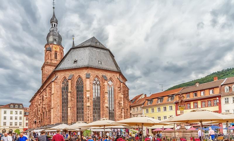 Die im 14. Jahrhundert erbaute Heiliggeistkirche prägt das Bild der Altstadt und ist somit zentral im Stadtplan zu finden.