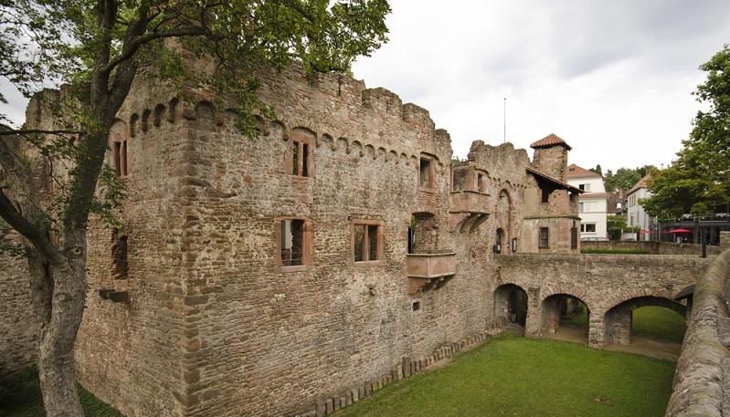 Die meisten Touristen wissen nicht, dass es in Heidelberg nicht nur das Schloss, sondern darüber hinaus die Tiefburg (auch Burg Handschuhsheim genannt) gibt.