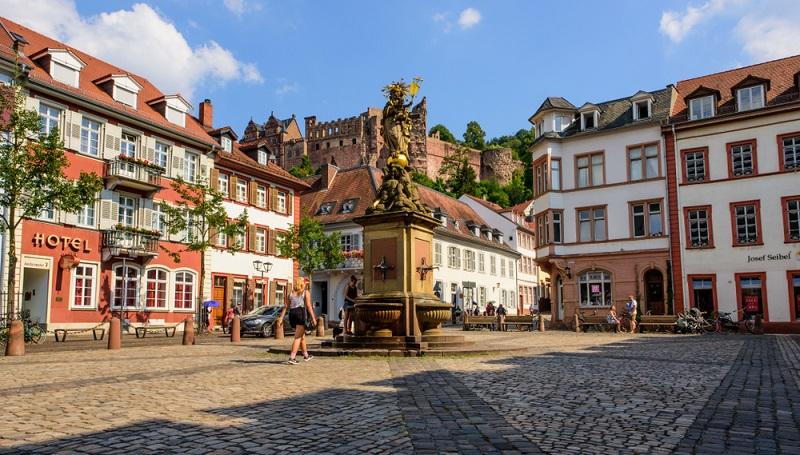 Der Kornmarkt ist zwar nicht so groß wie der Haupt-Marktplatz in Heidelberg, gilt jedoch als der schönere Platz.