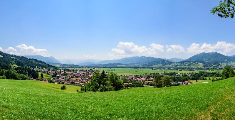 Die Strecke von Blaichach aufs Hüttenberger Eck führt durchs Allgäu und begeistert mit der wunderschönen Landschaft. ( Foto: shutterstock Alexander Rochau_)