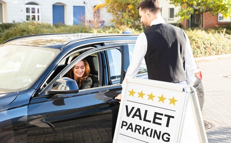 Valet Parking  ist eigentlich ein überaus luxuriöser Service, den man aus den USA kennt. Dabei fährt man bei einem Restaurant, Hotel oder eben dem Flughafen vor und ein Mitarbeiter des Parkservice übernimmt das Fahrzeug und parkt es im Parkhaus für den Kunden ein. ( Foto: Shutterstock- _Andrey_Popov )