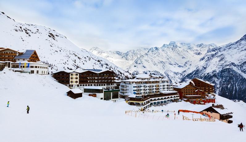 Wer also vom Ski oder Snowboarden gar nicht genug bekommen kann, der möge den Gletscher doch auch noch im Sommer erobern. ( Foto: Shutterstock-Tatiana Popova )