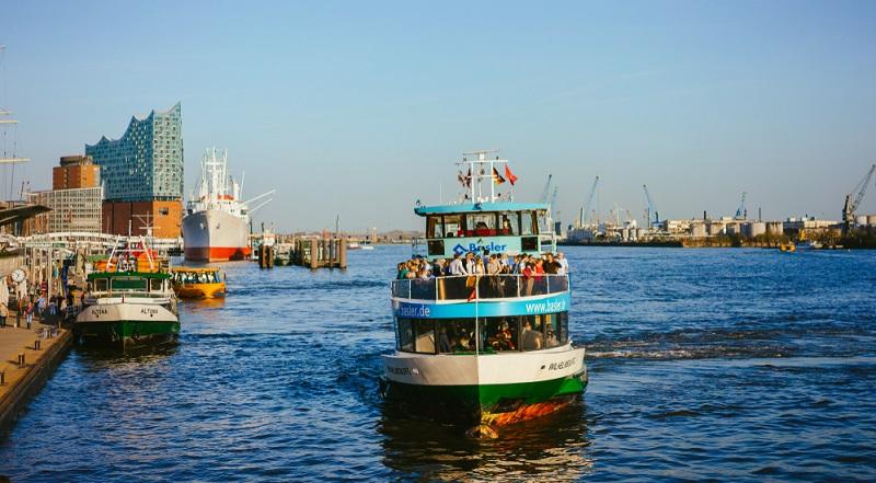 Klassische Tour durch den Hafen oder durch die Speicherstadt, vorbei an großen Frachtern, Docks und Dampfern – von den Landungsbrücken aus geht es zu einer ein- oder mehrstündigen Rundfahrt durch den Hafen.  ( Foto: Shutterstock- Igor Tichonow)