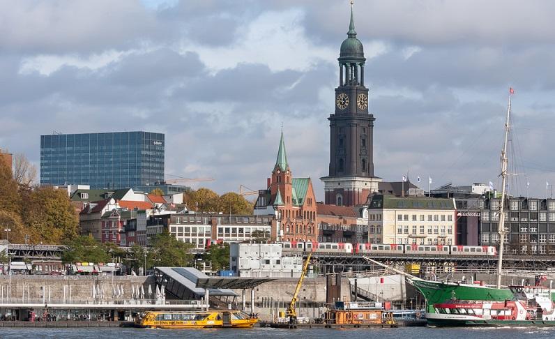 Wer in Hamburg Sehenswürdigkeiten erleben will, kommt auch mit der Familie nicht um den Michel herum.  ( Foto: Shutterstock-Natalja Nikolaeva)