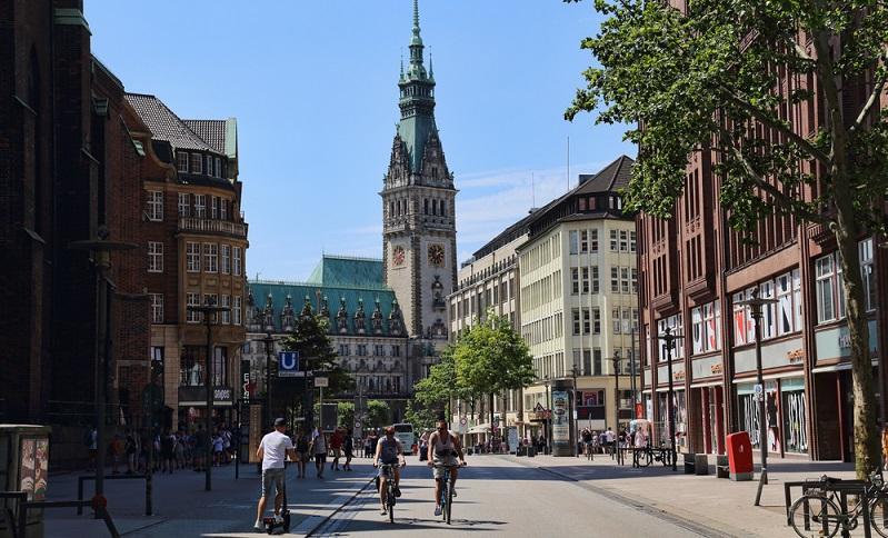 Wo ist es am schönsten in der EU? Richtig, in Hamburg! Familien mit Kindern entdecken dort wunderbare Sehenswürdigkeiten und das gern mit dem Rad. ( Foto: Shutterstock-_ jan kranendonk)