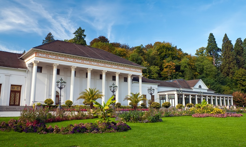 Das Casino der Stadt ist auf der ganzen Welt bekannt und befindet sich direkt im Kurhaus, das wiederum architektonisch an die Baukunst der römischen Antike angelehnt ist. ( Foto: Shutterstock-g215)