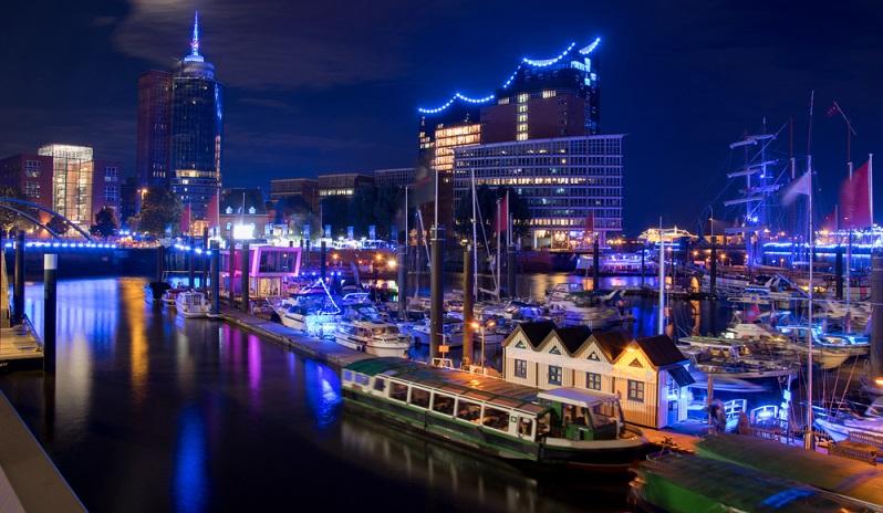 Kreuzfahrtschiffe sieht man am besten in der Hafencity im Hamburg Cruise Center.  ( Foto: Shutterstock- Gerckens-Photo-Hamburg )