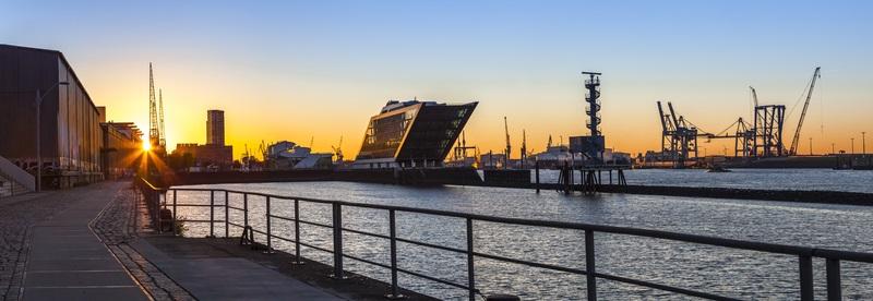 Das maritime Bauwerk Dockland bietet auf seinem Dach einen fantastischen Blick über die Elbe und die darauf fahrenden Schiffe.  ( Foto: Shutterstock-_Gerhard Roethlinger)