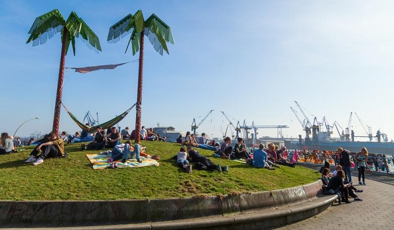 Der Park liegt zwischen Landungsbrücken und dem Fischmarkt Hamburgs und bietet eine angenehme Atmosphäre unter künstlichen Palmen.  ( Foto: Shutterstock- Christian Mueller )