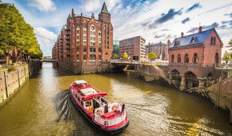 Mit dem Schiff die Speicherstadt entdecken.( Foto: Shutterstock- powell'sPoint  )