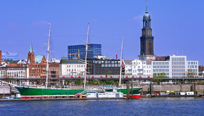 Wer gerne einen Ausflug in die Hansestadt Hamburg unternehmen möchte oder beruflich der Großstadt einen Besuch abstattet sollte die besten Plätze zum Schiffe gucken nicht verpassen.  ( Foto: Shutterstock- linerpics)