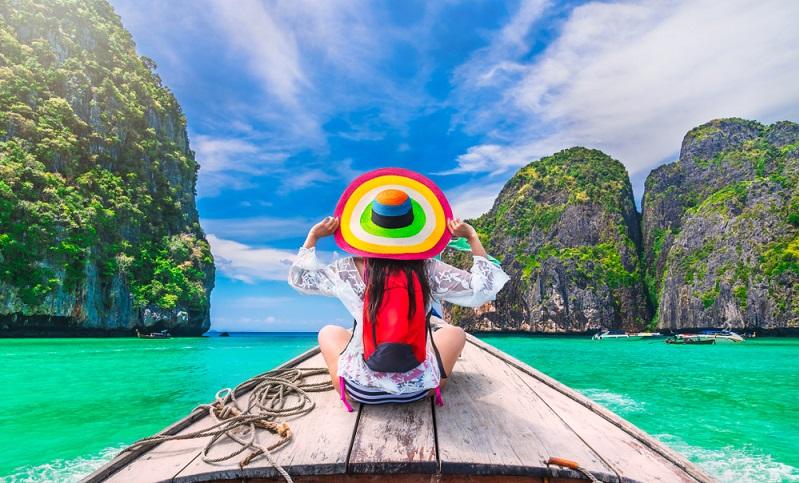 Die farbenfrohe Touristin sticht auf diesem Bild ins Auge, sie ist der Hingucker schlechthin. (Foto: Shutterstock-Day2505 )