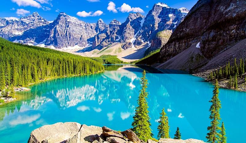 Auch hier setzt der Fotograf auf starke Kontraste zwischen dem blauen Wasser, den grauen, teils schneebedeckten Felsen und den grünen Bäumen. (Foto: Shutterstock-Andrey Bocharov )