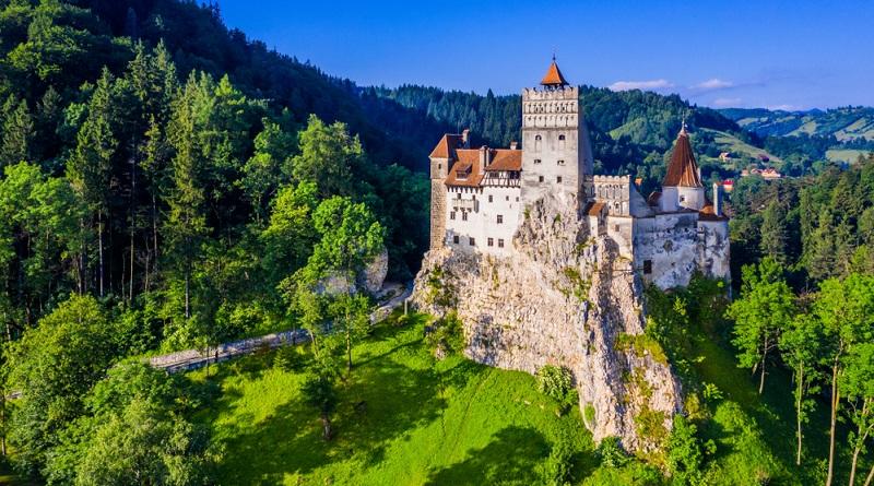 Das perfekte Urlaubsbild des Schlosses von Bran, das durch den damit verbundenen Mythos des Grafen Dracula weitaus weniger anheimelnd und harmonisch wirkt.(Foto: Shutterstock- emperorcosar_)