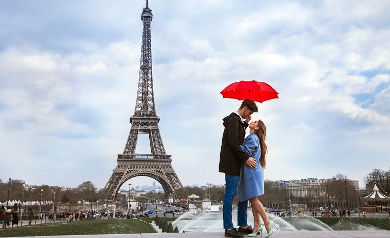 Der Betrachter sieht auf jeden Fall nur den Eiffelturm und das Paar, die restliche Stadt rückt dabei völlig in den Hintergrund. ( Foto: Shutterstock- Song_about_summer )