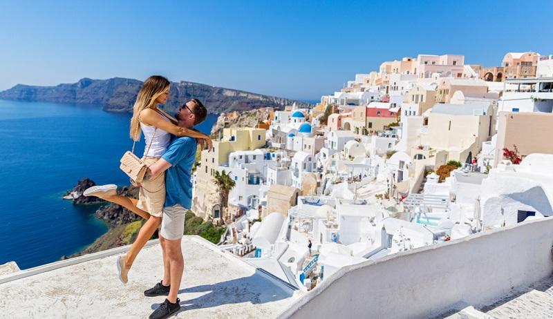 Das junge Paar dominiert das Bild und scheint sich in perfekter Harmonie zu befinden. (Foto: Shutterstock- Santorines )