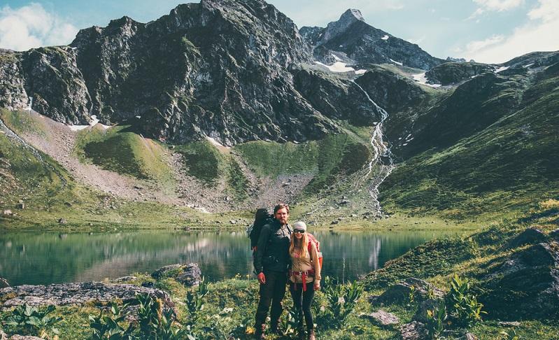 Die Farbgebung lässt die beiden Wanderer fast mit dem Bild verschmelzen, sie wirken, als würden sie zu der Landschaft gehören. ( Foto: Shutterstock-everst)